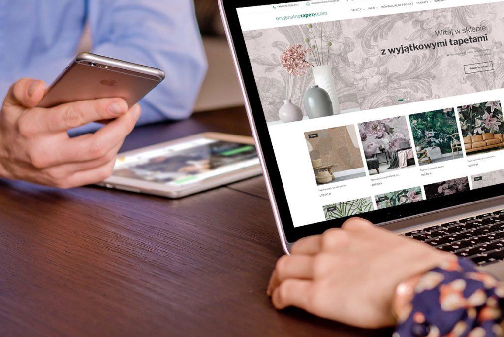 Zdjęcia dla wpisu blogowego, przedstawia ekran komputera z mockupem sklepu