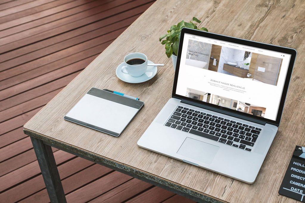 Zdjęcia dla wpisu blogowego, przedstawia ekran komputera z mockupem strony internetowej